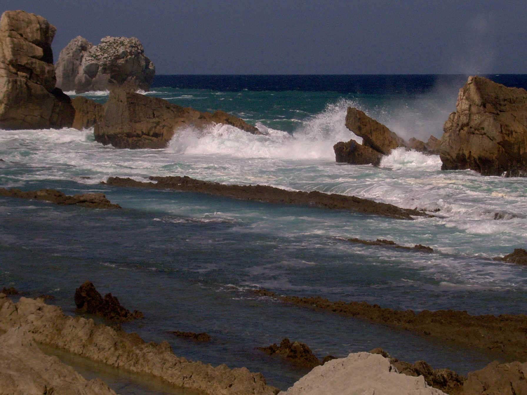 Erosión de la roca por el mar. Autores: De Mier y Leva